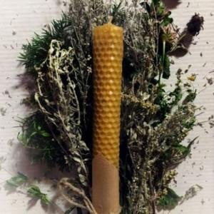 Свеча с соцветиями полыни из вощины